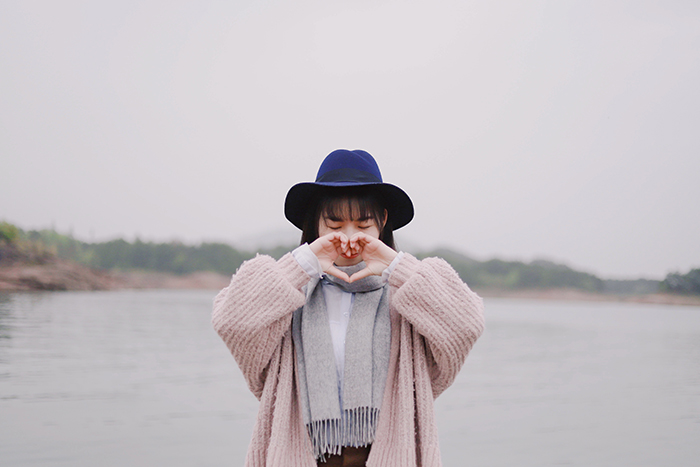 photography trends girl holding heart sign with her hands - 20 tendenze fotografiche top di cui essere a conoscenza nel 2020