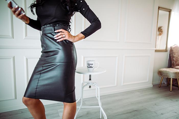 photography trends woman in office - 20 tendenze fotografiche top di cui essere a conoscenza nel 2020 blog