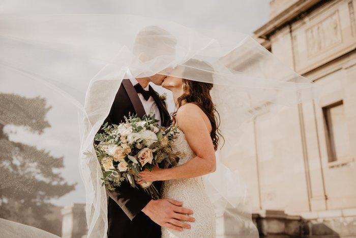 foto di matrimonio - 14 bellissime pose per foto di matrimonio per la sposa e lo sposo  blog