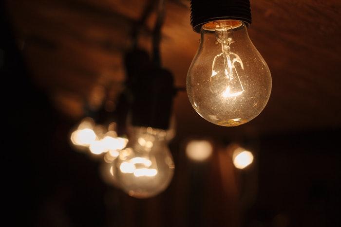 light bulb turned on - 8 suggerimenti per scattare foto con luce al tungsteno blog