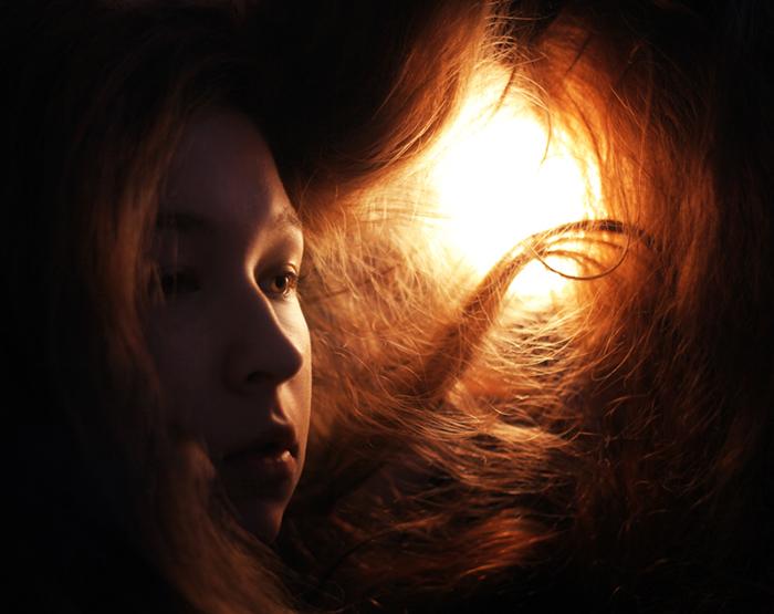 tungsten light girl modelling next to lamp - 8 suggerimenti per scattare foto con luce al tungsteno blog