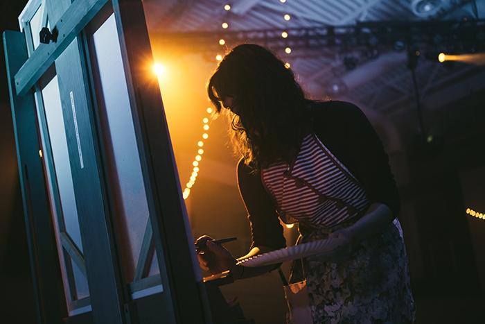 tungsten light woman painting in theatre - 8 suggerimenti per scattare foto con luce al tungsteno blog