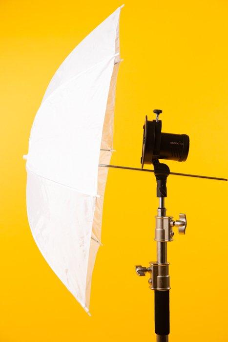 studio photography umbrella - Fotografia in studio per principianti (tutto ciò che devi sapere!)  blog